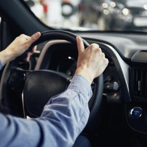Comment travailler chez Uber en tant que chauffeur ou livreur quand on est étudiant ?